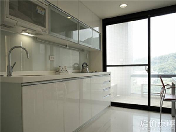 实拍图-带阳台的厨房设计效果